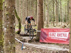 Mountainbiken über Wurzeln in der Bike Arena in Obertraun (Foto: BSFZ Obertraun)