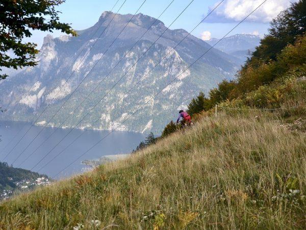 Schönes Panorama auf den Traunstein und Traunsee von der Downhillstrecke am Feuerkogel (Foto: Verein 50 Grad)