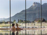 Nach der Mountainbiketour kann man im Bikehotel Narzissen Vital Resort im Innenbecken entspannen (Foto: Luttenberger)