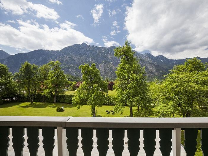 Wunderschöner Blick vom Zimmer im Landhotel Agathawirt auf den Garten und die Berge im Salzkammergut
