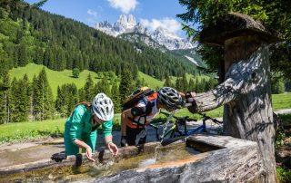 Gemütliche Rast auf der Dachsteinrunde (Foto: Coen Weesjes Salzburger Sportwelt)