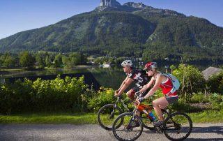 Zwei Mountainbiker umfahren den Altausseersee (Foto:TVB Ausseerland Himsl