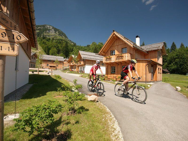 Auf der Dachsteinrunde fährt man mit dem Mountainbike direkt an der Hagan Lodge vorbei (Foto: Alpenpark Hotels und Residences)