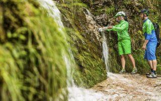 Mountainbiker versorgen sich mit Wasser aus der Natur und haben immer den Natur-Leitfaden für ein respektvolles Miteinander im Hinterkopf.(Foto: Andreas Meyer)